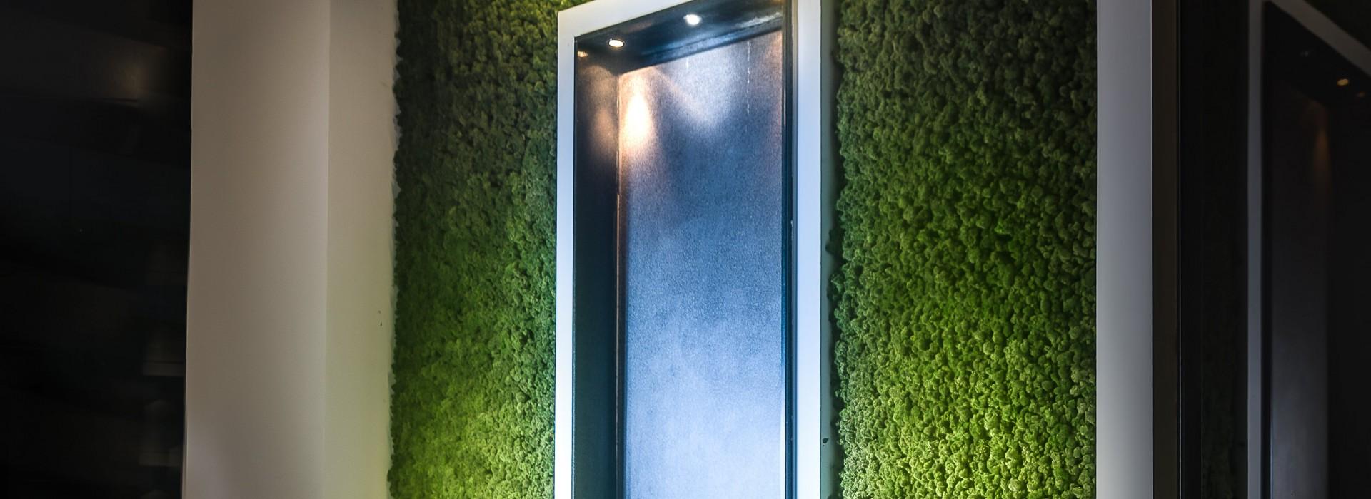 Зелена стена от скандинавски мъх с воден ефект