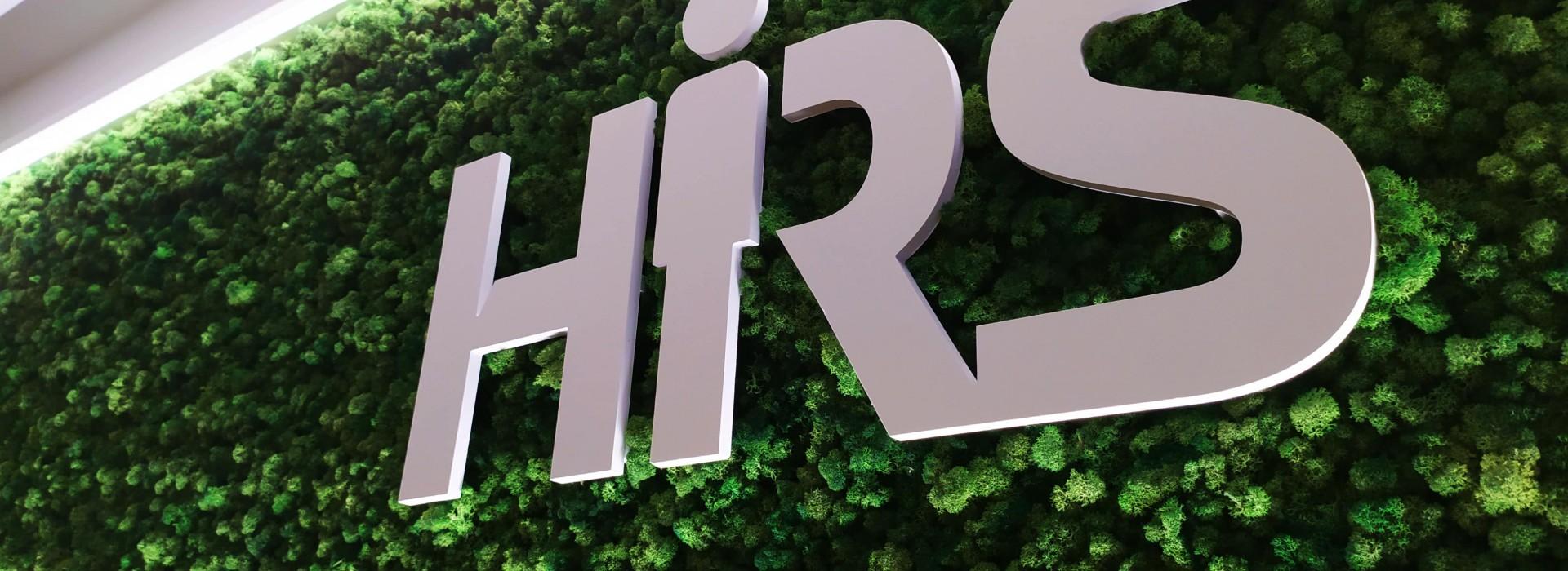 Зелена стена от скандинавски мъх с лого за HRS