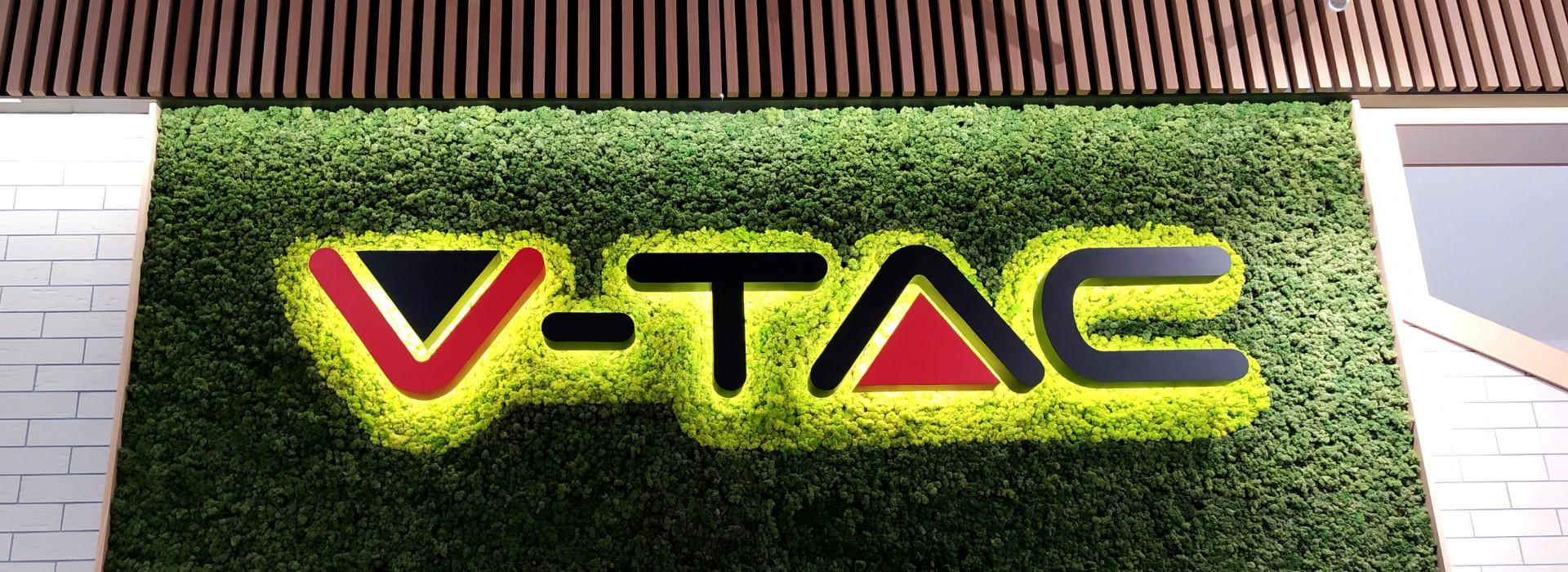Зелена стена от скандинавски мъх и светещо лого за V-TAC
