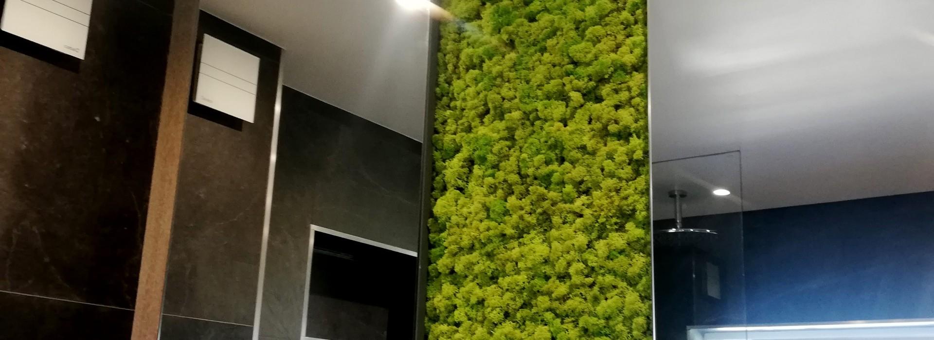 Зелена стена от скандинавски мъх - дизайн на баня